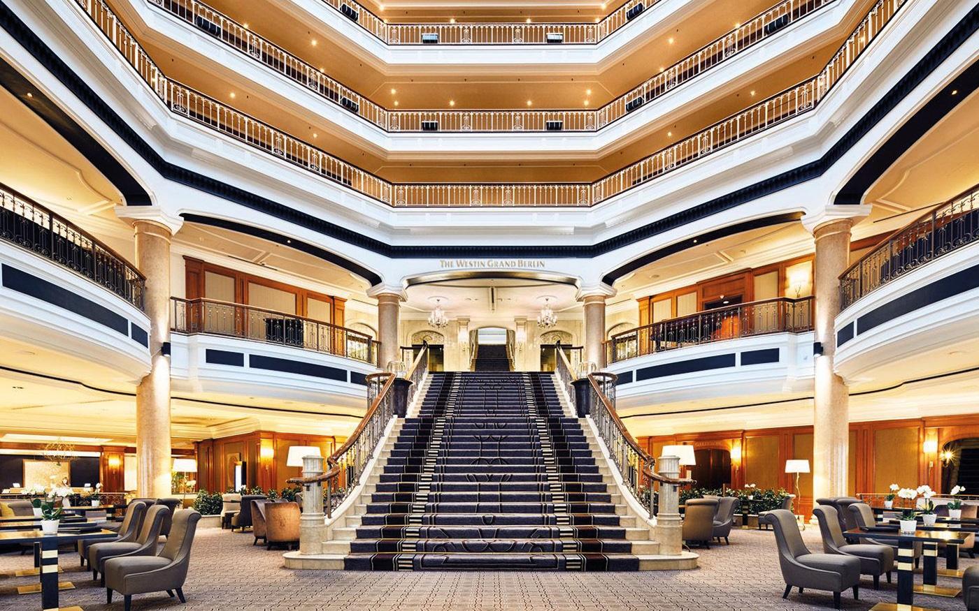 Hotellobby mit einer großen Treppe